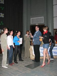 награждение проводят Иван Бушмакин и Екатерина Резник
